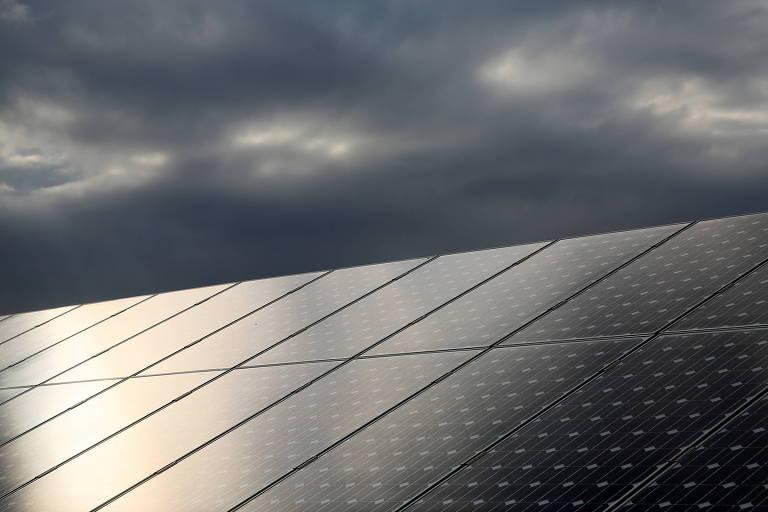 Sol refletido em painel que produz energia renovável na Escócia
