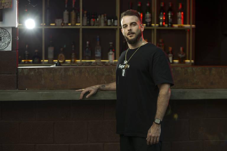 O empresário Andrew Mittendorfer, 32, no bar Iscondido, em Pinheiros (SP), zona oeste de São Paulo
