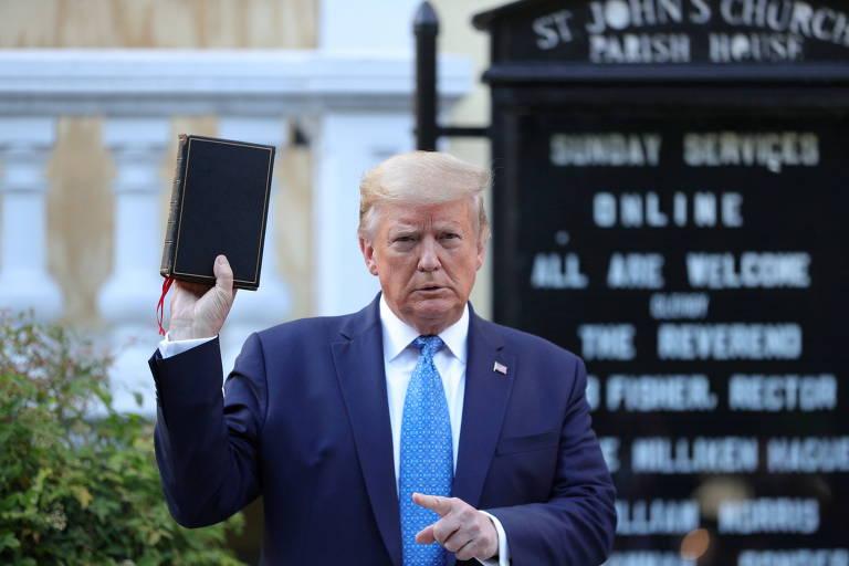 O então presidente dos EUA Donald Trump segura Bíblia em frente à igreja de St. John, em Washington