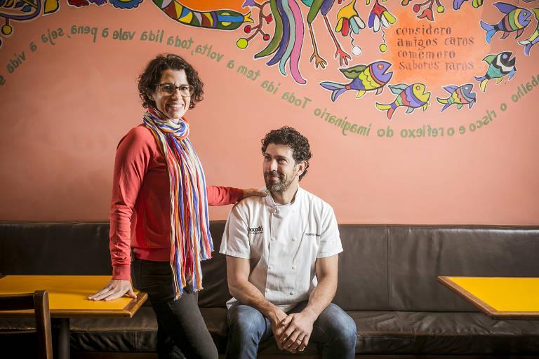 O casal Adriana Salay e Rodrigo Oliveira, do restaurante Mocotó, organizam a distribuição de marmitas e cestas básicas na região da Vila Medeiros
