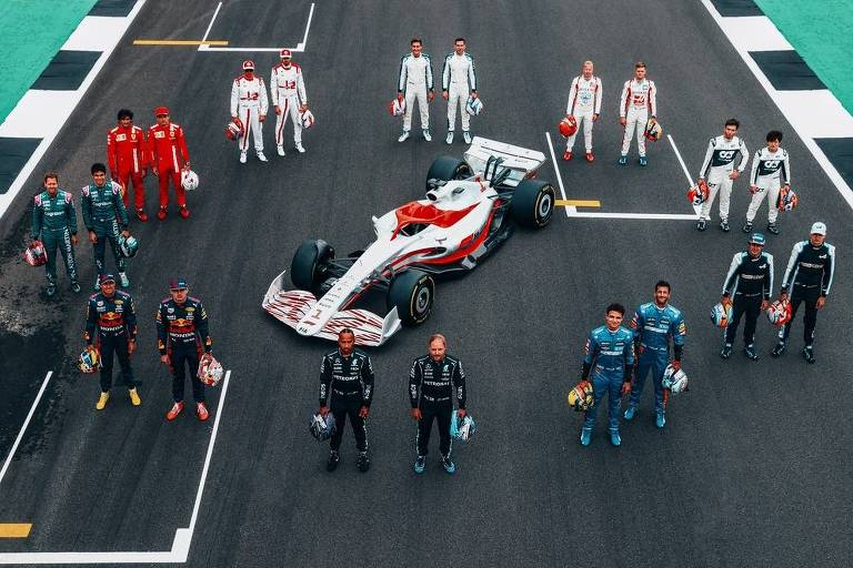 Cercado pelos pilotos da atual temporada de Fórmula 1, modelo do carro que será utilizado em 2022 é exibido no circuito de Silverstone, na Inglaterra