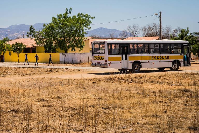 ônibus escolar diante de escola em sobral, no ceará