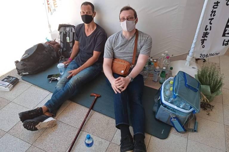 Vincent Fichot (à esq.), que faz greve de fome nos arredores do estádio, e o amigo Daniel Potocki