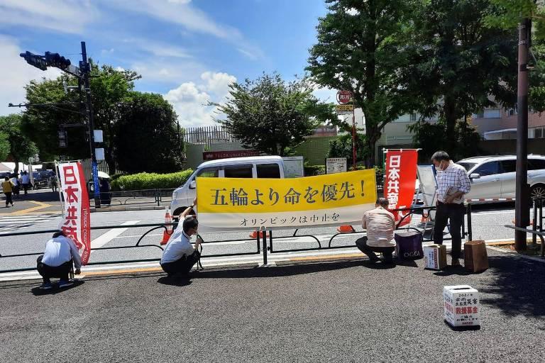 Protesto do Partido Comunista do Japão próximo ao Estádio Olímpico