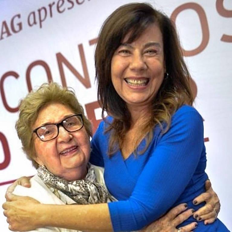 duas mulheres abraçadas