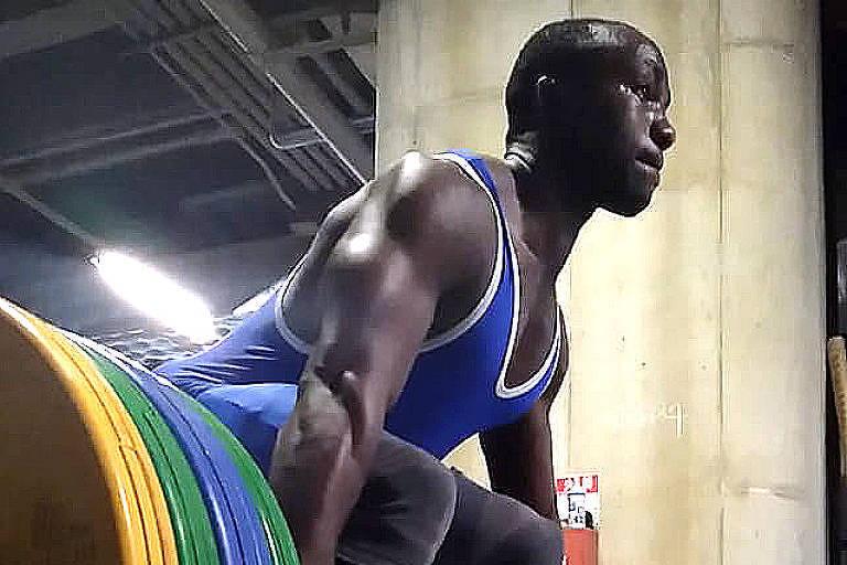 Julius Ssekitoleko, atleta do levantamento de peso de Uganda, durante treino