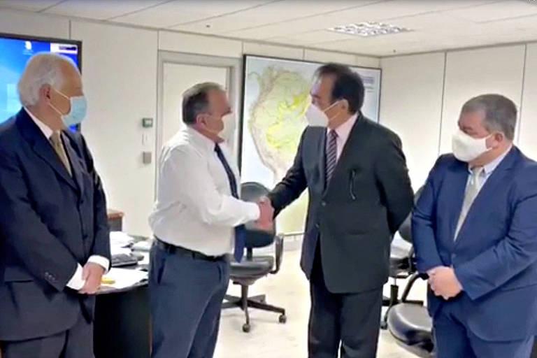 Fora da agenda, o então ministro Eduardo Pazuello (saúde) negocia Coronavac com intermediária e pelo triplo do preço