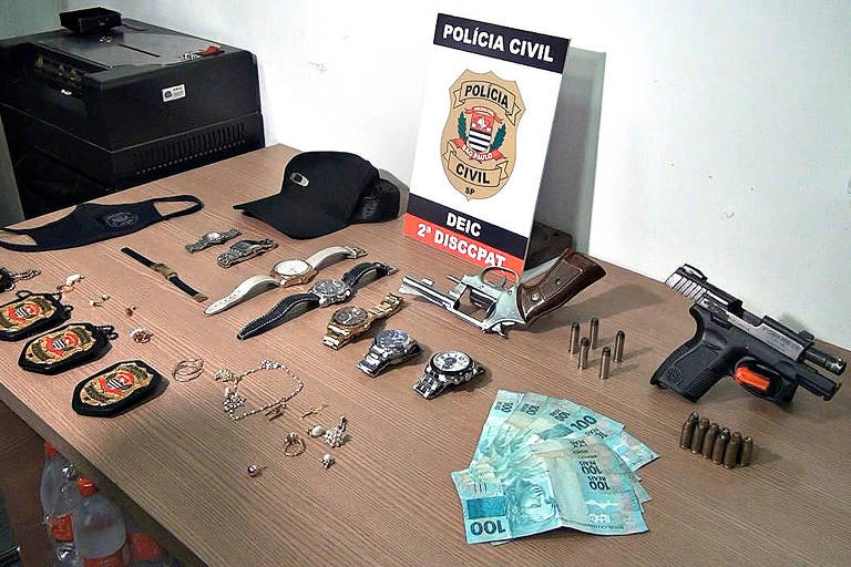 Três suspeitos de roubar 17 armas, além de cerca de relógios de luxo -- como Rolex Omega, Festina e Bulova -- avaliados em cerca de R$ 1 milhão, na quarta-feira (14), foram presos no dia seguinte ao crime, na região do Limão (zona norte da capital paulista). Um quarto suspeito ainda é procurado pela polícia. A defesa do trio detido não havia sido localizada até a publicação desta reportagem