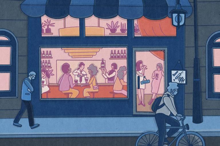 Pessoas sem máscara bebem e conversam dentro de um restaurante, enquanto pessoas de máscara passam a pé e de bicicleta do lado de fora