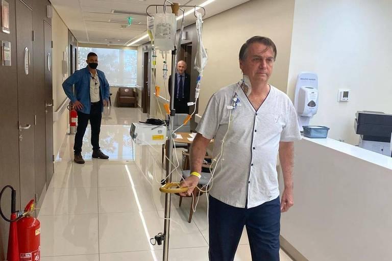 O presidente Jair Bolsonaro caminhando no corredor do hospital Vila Nova Star na manhã dessa sexta-feira (16)
