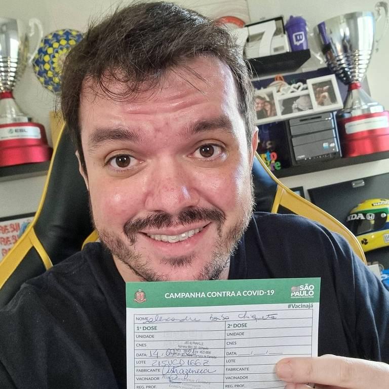 Gaules, agora anti-Bolsonaro, mostra sua carteirinha de vacinação