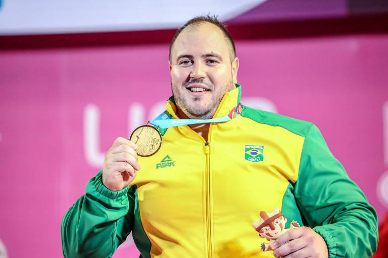 Fernando Reis mostra a medalha de ouro obtida no Pan-Americano de Lima, em 2019