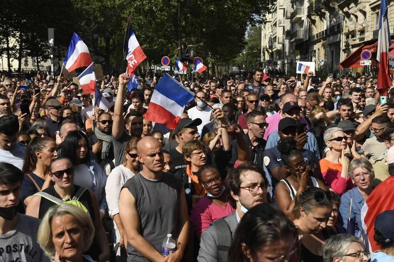 França tem protestos contra exigência de vacina ou teste de Covid em espaços de lazer