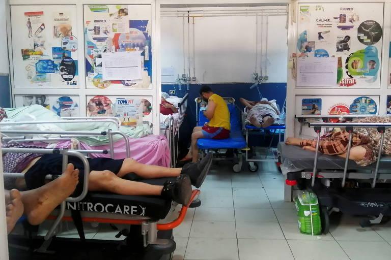 Pacientes recebem tratamento para Covid-19 no hospital Charles Nicole, em Túnis, na Tunísia