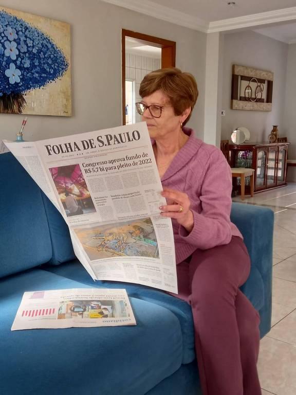 Ângela Luiza Silva Bonacci lê a Folha em sua casa