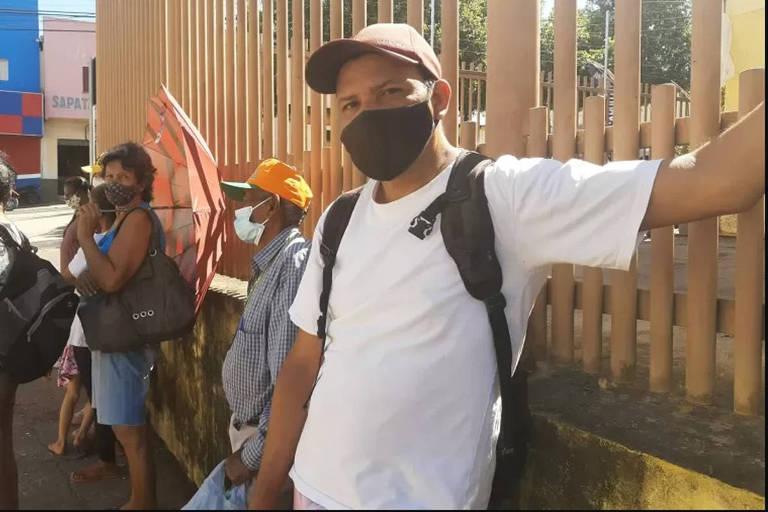 Moradores de Cuiabá fazem fila para conseguir doações de restos de ossos de boi