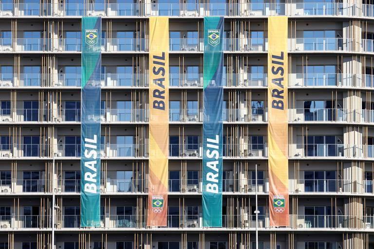 Bandeiras do Time Brasil no prédio da Vila Olímpica de Tóquio