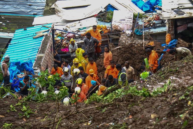 Equipe de resgate trabalha em local de deslizamento em favela de Mumbai, na Índia, provocado pelas fortes chuvas de monções, onde 18 pessoas morreram