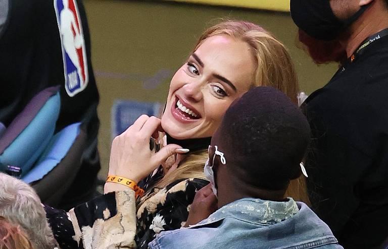 Adele vai a jogo de basquete ao lado do novo namorado