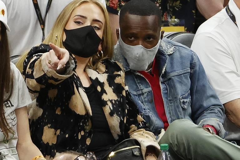 Cantora Adele assiste a jogo de basquete ao lado do novo namorado, Rich Paul