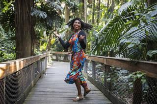 RACISMO AMBIENTAL // LIGA EVANGELICA.  Retrato de Amanda Costa, 24, no Parque Agua Branca. Ela eh  fiel da igreja Bola de Neve e parte da Coalizao Evangelica pelo Meio Ambiente que combate o racismo ambiental
