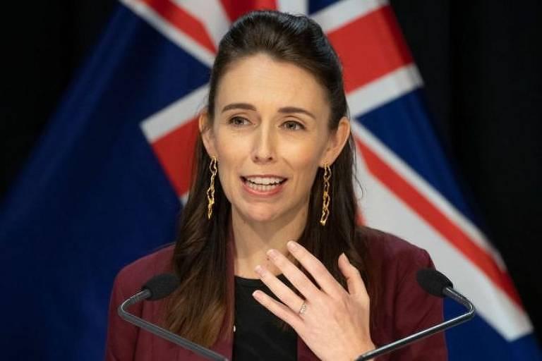 Imagem em primeiro plano mostra a premiê da Nova Zelândia, Jacinda Ardern