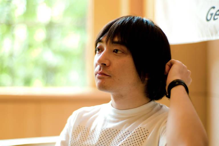 Keigo Oyamada, conhecido como Cornelius, que admitiu ter praticado bullying na infância. A foto mostra o músico de perfil ajeitando o cabelo