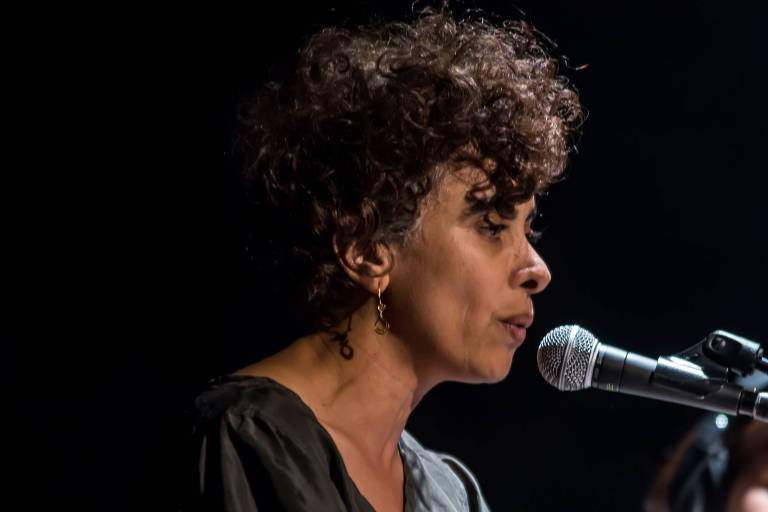 Mulher palestina fala em microfone