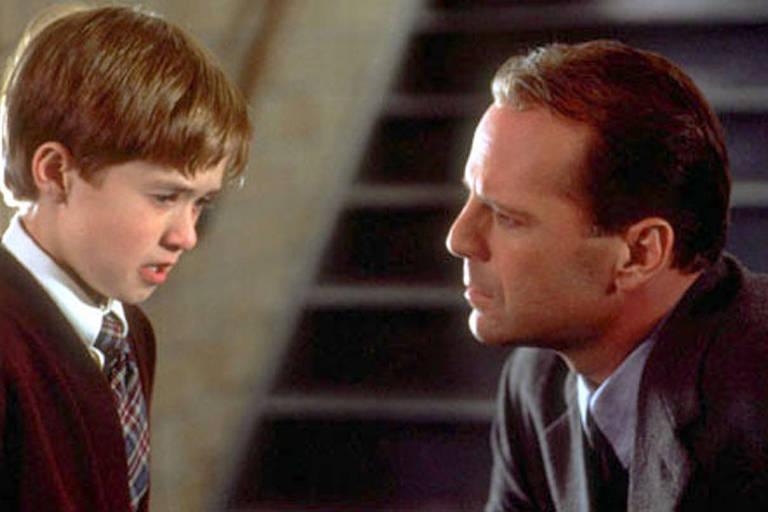 Bruce Willis e Haley Joel Osment em cena do filme 'O Sexto Sentido'