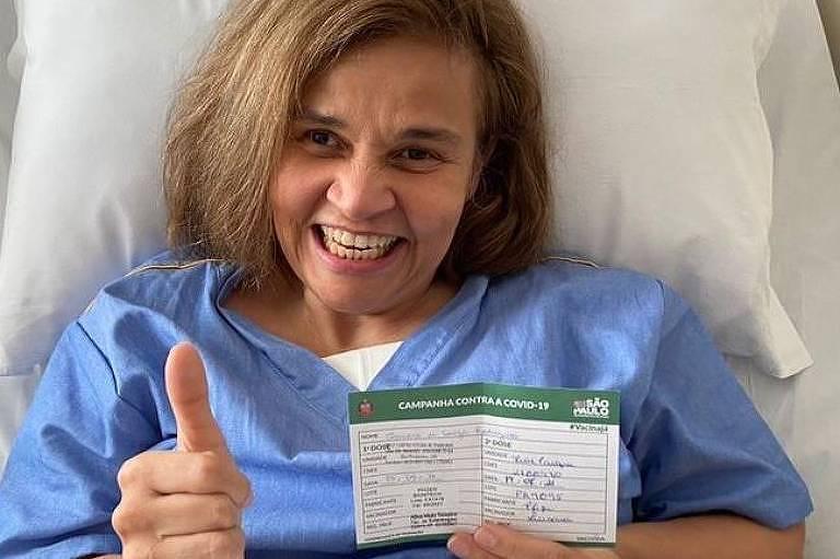 Claudia Rodrigues recebe segunda dose de vacina
