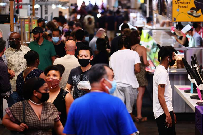 Moradores de Los Angeles se adaptam à volta das máscaras para conter alta da Covid