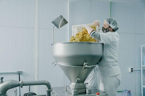 São Paulo, SP, Brasil, 07-07-2021: Processo de produção de alimentos plant based na fábrica da The New Butchers. (foto Gabriel Cabral/Folhapress)