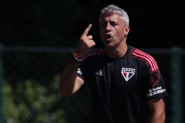 O técnico do São Paulo, Hernán Crespo, gesticula com a mão direita para o alto durante o treino no CT da Barra Funda