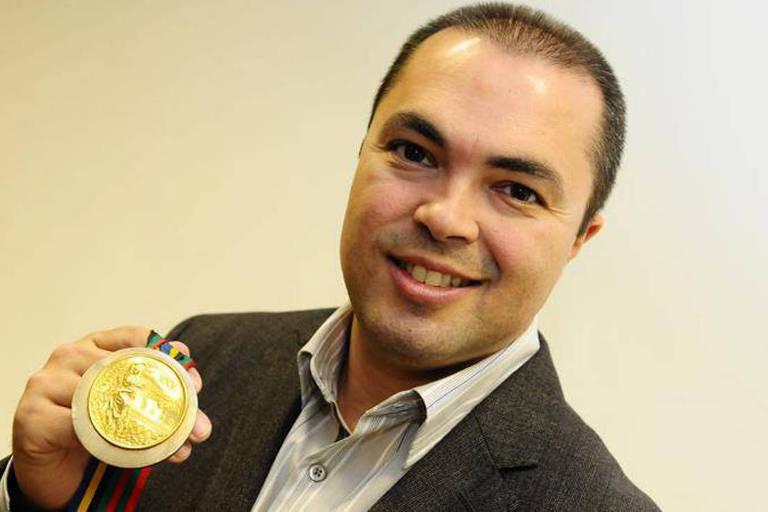 Rogério Sampaio com a medalha de ouro conquistada em Barcelona-1992
