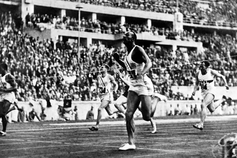 Velocista Jesse Owens rouba a cena na Olimpíada de Berlim-36
