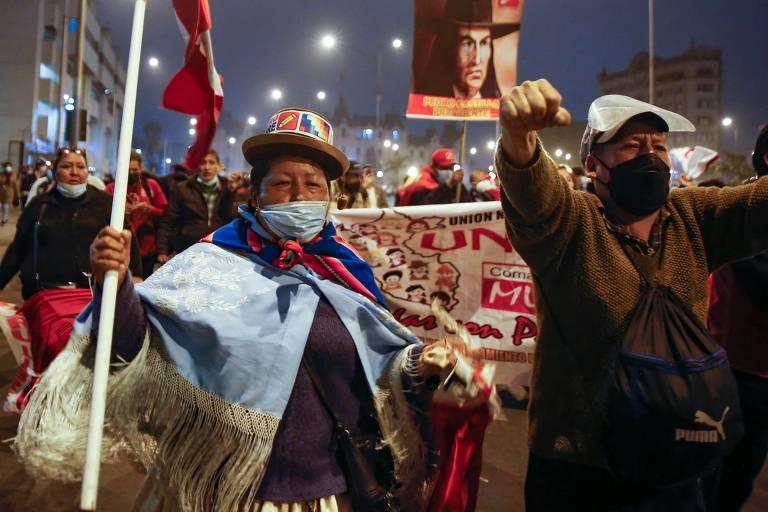 Apoiadores de Pedro Castillo celebram oficialização do esquerdista como presidente do país, em Lima