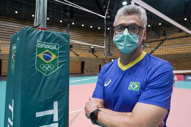 Renan Dal Zotto de máscara e braços cruzados ao lado da rede