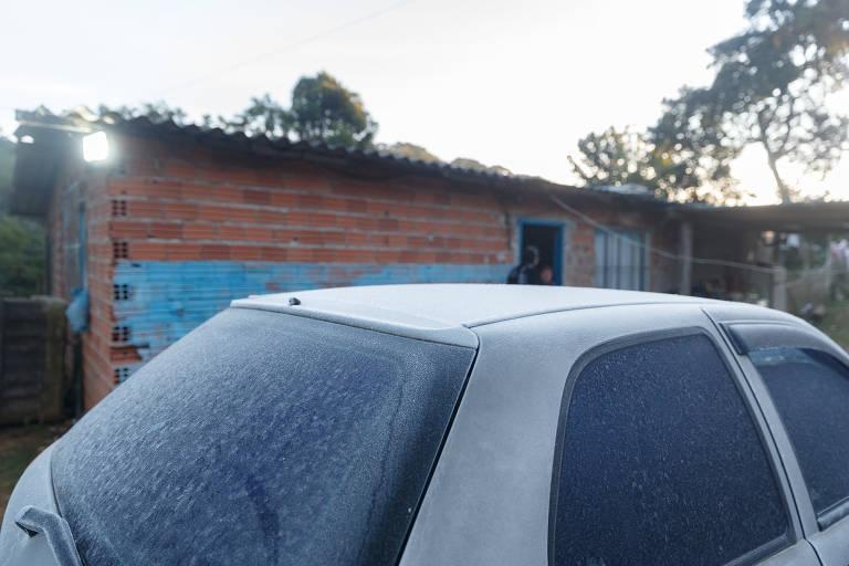 Temperatura negativa em São Paulo deixa camada de gelo em carro e em áreas verdes