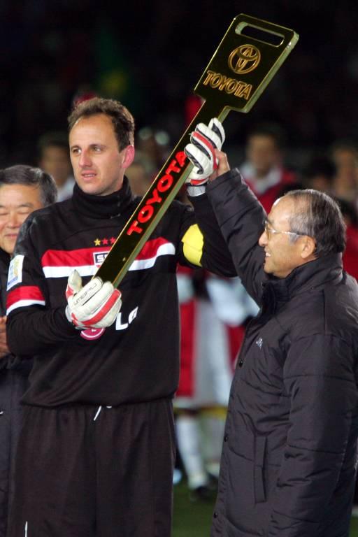 Eleito o melhor jogador do Mundial de Clubes da Fifa de 2005, o goleiro Rogério Ceni ergue a chave do automóvel que ganhou após a decisão do torneio em Yokohama, no Japão