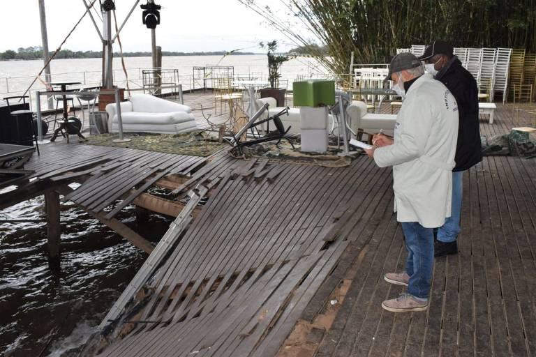 Peritos analisam estrutura colapsada na segunda-feira (19)