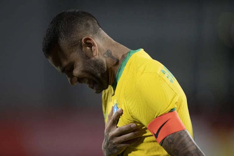 Daniel Alves durante hino do Brasil