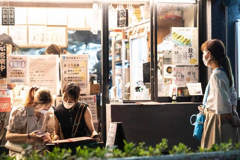 Apesar de restrições, bares vendem bebidas alcoólicas em Tóquio