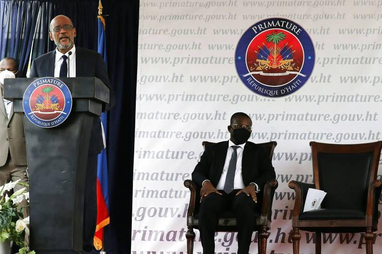Novo primeiro-ministro do Haiti, Ariel Henry, discursa em sua posse, acompanhada pelo agora ex-premiê Claude Joseph