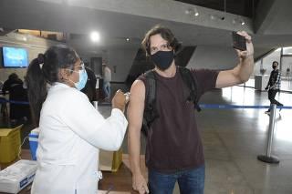 *EXCLUSIVO* Vladimir Brichta , Toma Primeira dose da Vacina contra o coronavirus. Na cidade das artes na Barra da Tijuca- Rio de Janeiro.