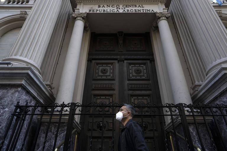 Dólar paralelo dispara e acende alertas na Argentina
