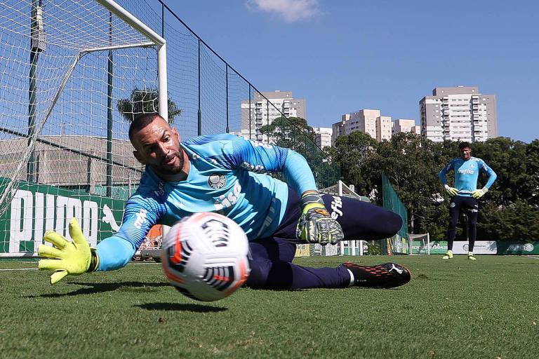 O goleiro Weverton treina na Academia de Futebol para se preparar para o duelo de volta contra a Universidad Católica, pela Libertadores