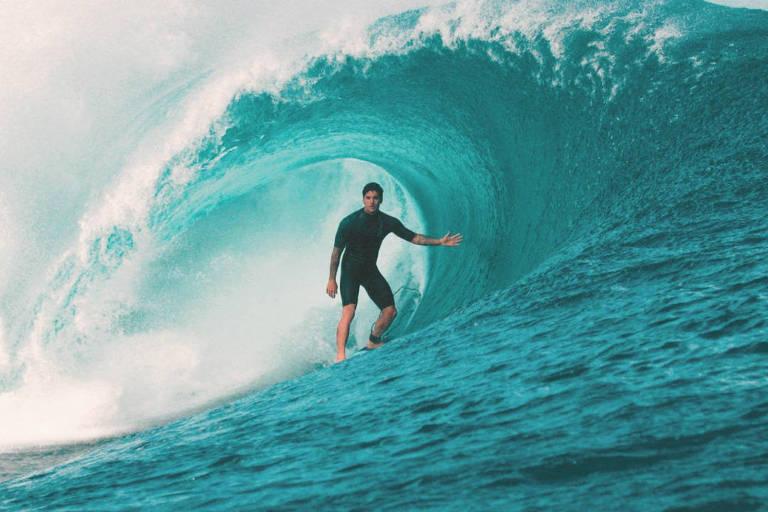 O surfista Gabriel Medina em uma onda