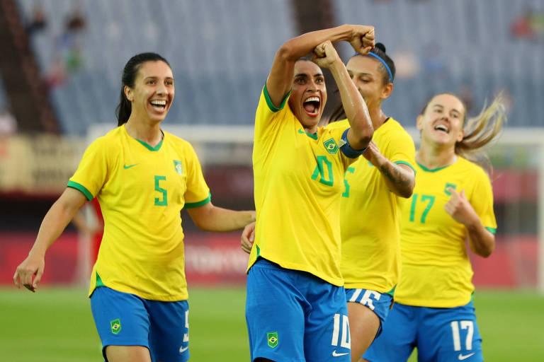 Marta comemora gol fazendo um 'T' de Toni Deion, sua noiva