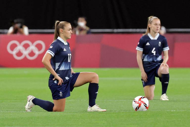 Jogadoras britânicas ajoelham antes de partida contra o Chile