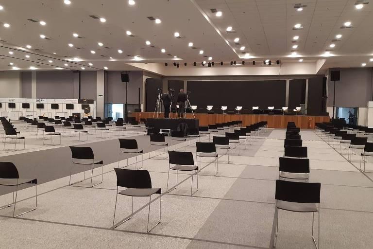 Cadeiras dispostas separadas em uma sala